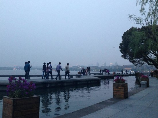 Dahua Hotel: View from hotel's lakeside bench