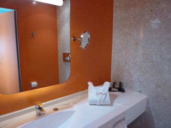 Hotel San Ranieri: Very stylish and practical shower room