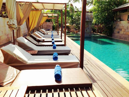 Elements Boutique Resort & Spa Hideaway: pool lounge chairs neatly arranged every morning