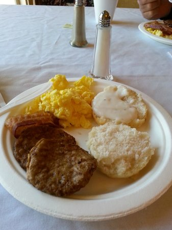 White Columns Inn: Yes that is a real breakfast and white table cloth - for free!