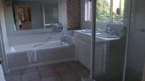 The Fernery Lodge & Chalets: The bathroom