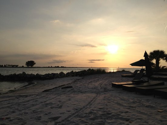 DreamView Beachfront Hotel & Resort: sunset on beach