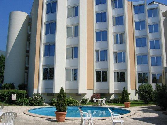 Mercure Grenoble Meylan: Côté piscine