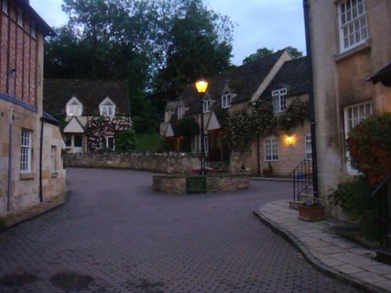 Sudeley Castle Cottages: courtyard during the evening