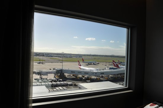 Rydges Sydney Airport Hotel: Room with a view - facing the runway. But excellent sound proofing, you hardly hear a thing!