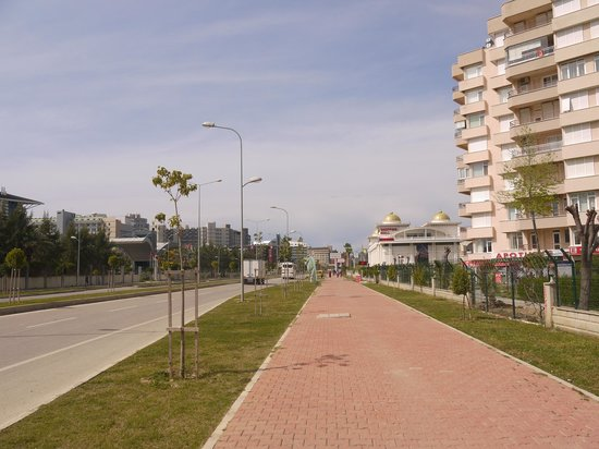 Baia Lara Hotel: Main road