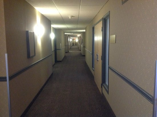 Coast Tsawwassen Inn: Hallway