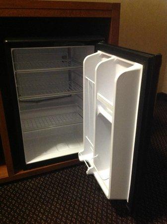 Coast Tsawwassen Inn: Mini fridge in every suite