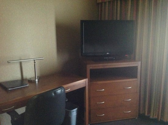 Coast Tsawwassen Inn: TV & working desk (desk in Superior Suites only)