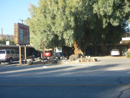 Shoshone Inn: From across the street