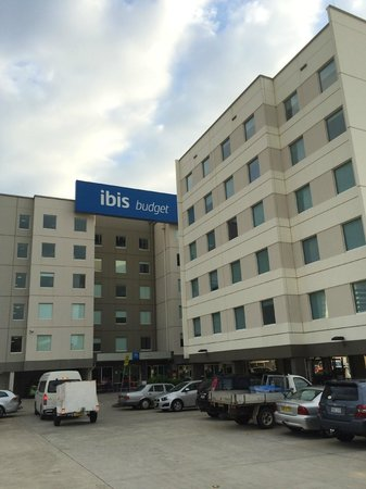 Ibis Budget Hotel Sydney Airport: just next to domestic terminals
