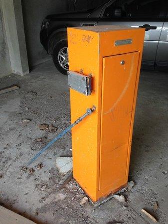 Hotel Club mmv Les Melezes: pieds et socle de la barrière du parking