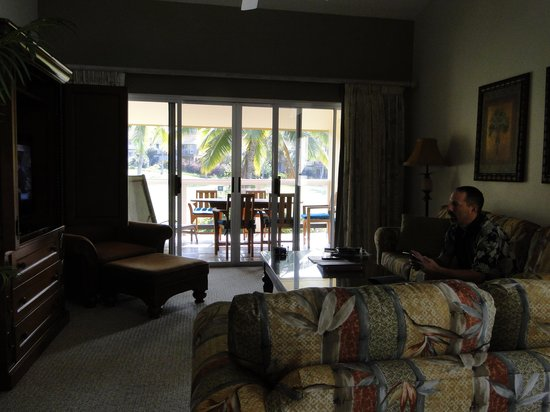 Kona Coast Resort: Living area view to the Lanai