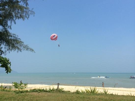 PARKROYAL Penang Resort, Malaysia : Para sailing is an activity that many enjoy.