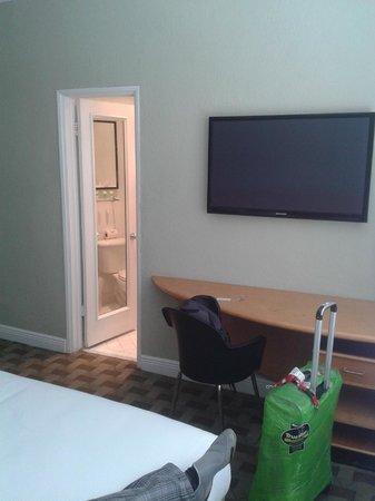 Crest Hotel Suites: Escritorio y LCD HD.