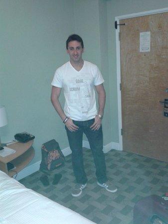Crest Hotel Suites: Piso alfombrado, caminas comodo descalzo.
