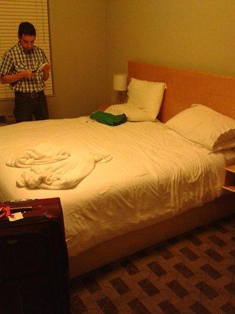 Crest Hotel Suites: Cama muy comoda.
