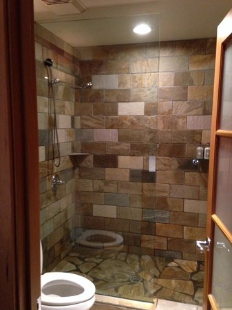 The Edgewater, A Noble House Hotel: Beautiful shower