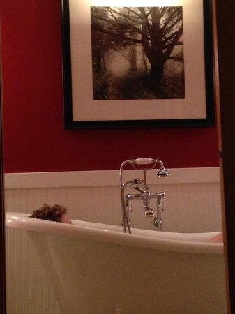 The Edgewater, A Noble House Hotel: Claw foot tub