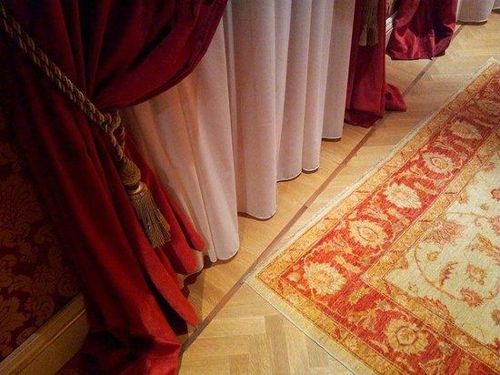 Hotel Ai Reali di Venezia : Vloer en gordijn