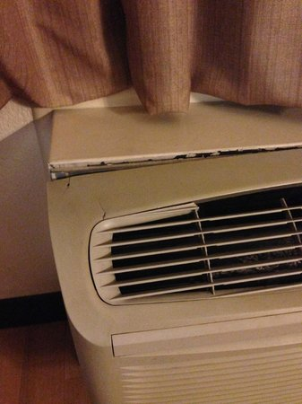 Red Roof Inn Rochester Henrietta: Broken heater/ac unit