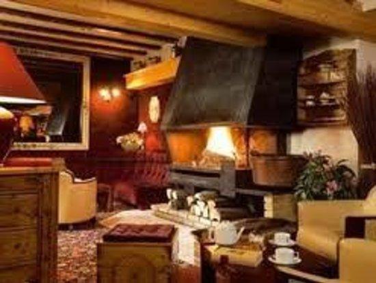 Hotel Les Melezes: Le coin salon au coin du feu