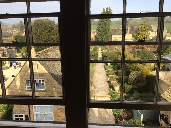 Cotswold House Hotel & Spa : veiw of the garden from room 25