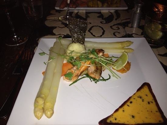 Restaurant Seasons : duo of fish with asparagus