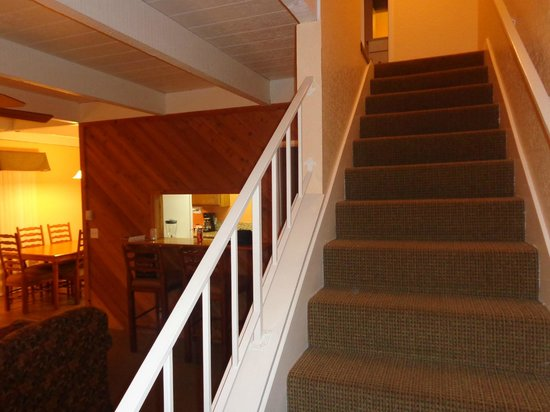 Lake Arrowhead Chalets: Stairs to 2nd floor