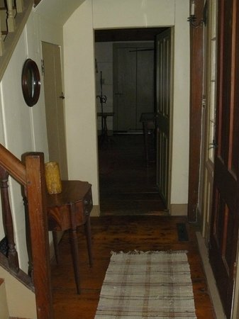 Baird Tavern: Front entry hall