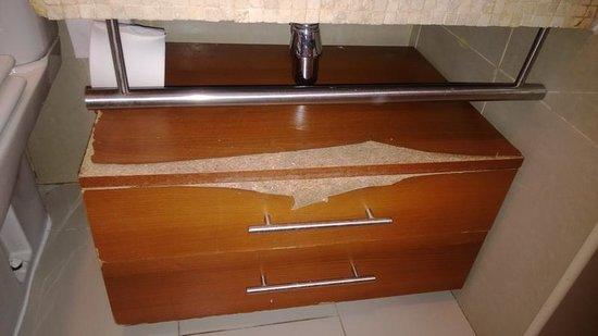RQ Santiago : Baño con mesas deterioradas