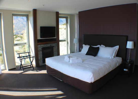 Queenstown Village Apartments: main bedroom, nice to cozy up in front of the fire