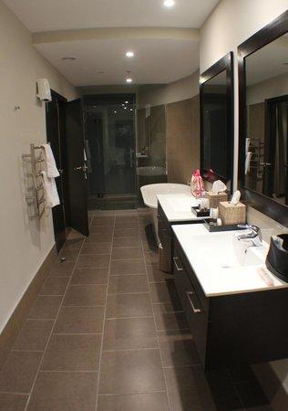Queenstown Village Apartments: main bedroom ensuite - huge!