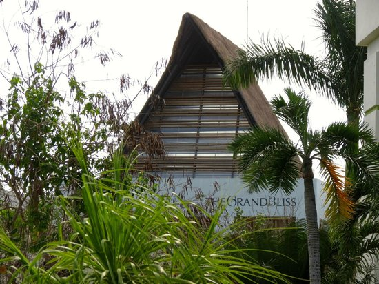 The Grand Bliss Riviera Maya: The front of the building.