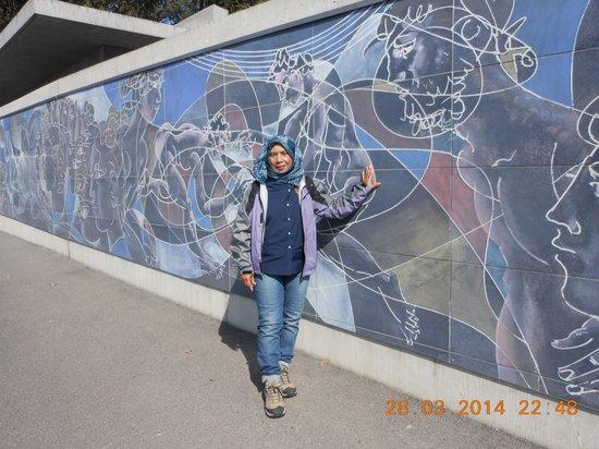 UNOG - Palais des Nations : mural along UN front wall