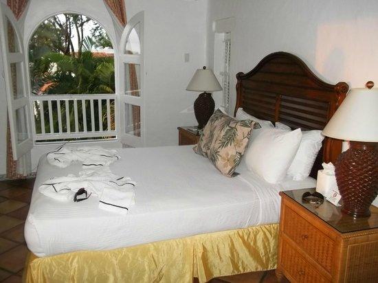 Windjammer Landing Villa Beach Resort: queen bed with broken headboard that banged the wall, just 3rd sheet, no spread