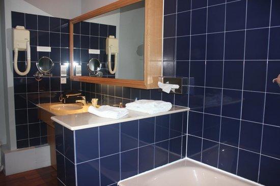 Le Relais du Roy : Salle de bain prise du côté baignoire