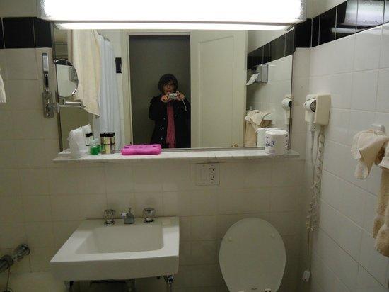Hotel Pennsylvania New York: banheiro razoável..lamentável a pia com dificuldade para escoar a água..