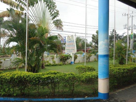 Travellers Beach Resort: Road sign