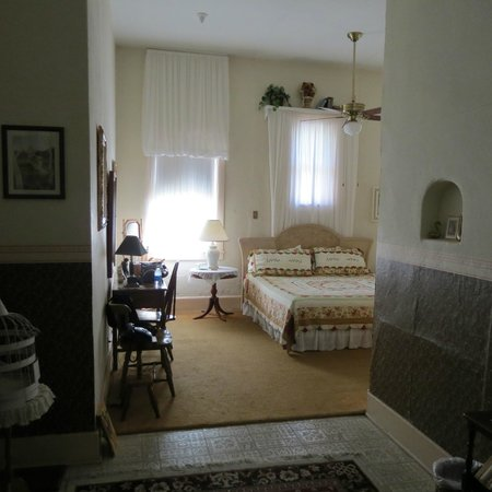 School House Inn Bed & Breakfast : Reading room, from the entrance