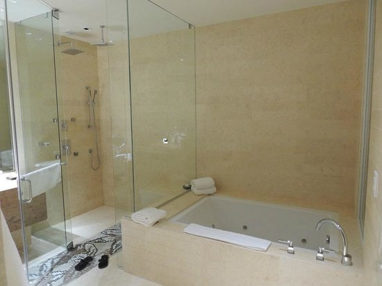 EB Hotel Miami Airport: banheiro da suite