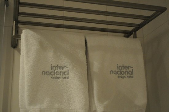 Internacional Design Hotel : Clean Bathroom with Linen