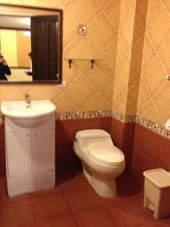 Hatun Pachamama Inn: bathroom