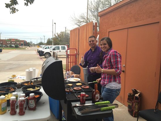 Fairfield Inn & Suites Bryan College Station : Monday Night Grill Out!