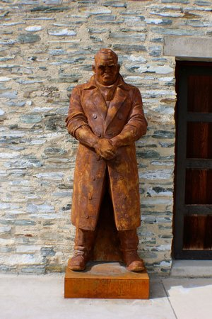 Amisfield Winery & Bistro: interesting statue
