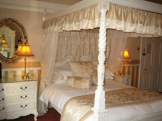 AmarAgua Guest House: Room 3's four-poster bed