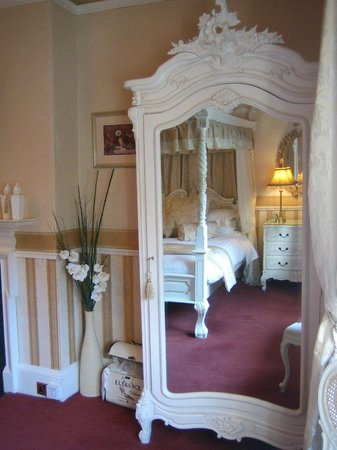 AmarAgua Guest House: Room 3's French-style armoire