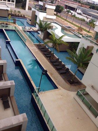 Blue Tree Premium Jade Brasília : A piscina vista do quarto