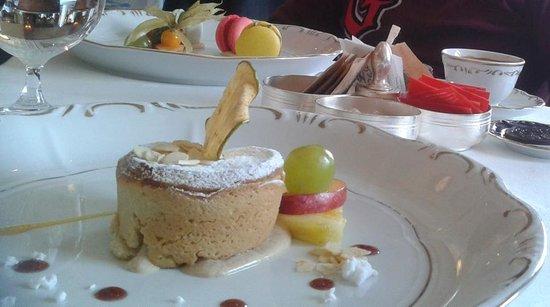 Gundel Etterem : warm apply pie & 3 kind of macaroon