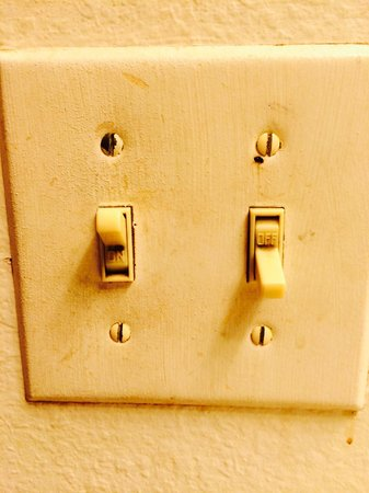 Days Inn & Suites Grand Rapids/Grandville : Filthy switch plates